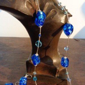 Parure perles bleues dur feuille...