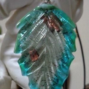 Pendentif plume turquoise en verre...