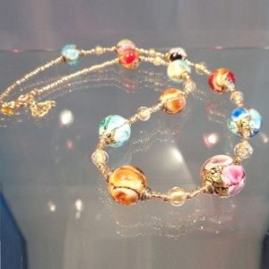 Collier perles multicolors et feuille d'or