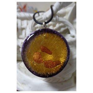Médaille ronde violette et ambrée...