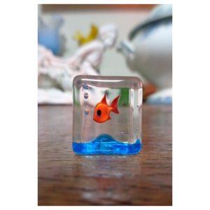 Sculpture petit cube poisson rouge
