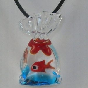 Pendentif sac poisson avec cordon.